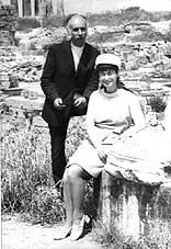 Поетите Станка Пенчева и Вътьо Раковски на разкопките в Микена