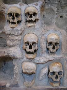 Зазиданите черепи на българските мъченици в Ниш