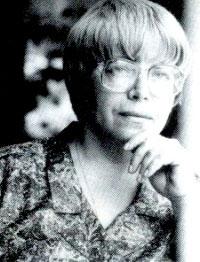 Калина Ковачева е родена на 09.02.1943 г. с. Божурлук, Плевенско. През 1950 семейството й се премества в Свищов; 1961 г. завършва свищовската гимназия
