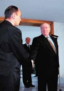 """Малтийският президент Гуидо де Марко стисна ръката на гарда от НСО Петър Мичев, който го предпазил с тялото си по време на катастрофата. Снимка вестник """"Стандарт""""."""