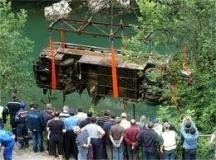 Спасителните екипи изваждат от река Лим българския туристически автобус