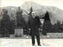 Фокусникът пред паметника на Христо Ботев във Враца