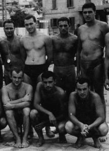 Иван Славков-Батето (в средата на първия ред) преди мач на националния отбор по водна топка в Шибеник - 1963 г.