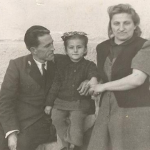 Писателят с първата си съпруга и дъщеря си