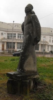 Обезобразеният паметник на отец Матей Преображенски-Миткалото