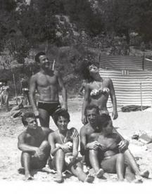 Младежка компания на плажа. Прави са Любомир Стойчев и Людмила Живкова