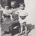 Снимката е от август 1942, т.е. аз сВ двора на