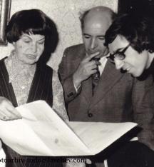 Елисавета Багряна - вдясно от нея е Мишо Топалов. Снимка - архив Тодор Славчев.
