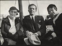 Дора Габе (вляво) и Елисавета Багряна със словенския преводач Йосип Видмар, Будапеща, 1932 г.