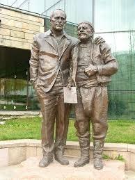 Паметник на Хайтов с родопчанинът Хасан Мешов - негов литературен герой