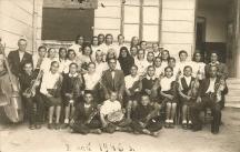 Кирил Белов в средата- педагог,музикант, общественик, диригент(починал) село Мокреш