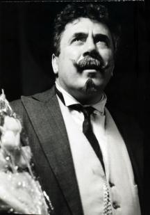 Актьорът в култовата си роля на Големанов