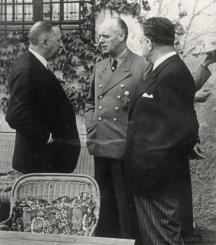 Разговор между (отляво надясно) Филов, германския външен министър Рибентроп и българския му колега Иван Попов