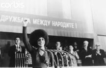 Анжела говори на митинг в зала