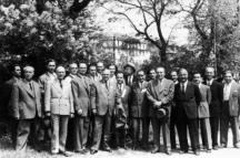 Обща снимка на преподавателите в Художествената академия през 50-те години на миналия век. Четвъртият отляво надясно е проф. Борис Митов