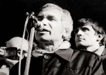 Александър Каракачанов зад създателя на СДС д-р Жельо Желев на един от първите демократични митинги след 10 ноември.