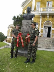 В други години паметникът на генерала в Шумен бе затрупван с венци от военните в града.