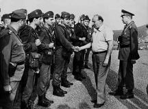 Главнокомандващият Тодор Живков поздравява войници. Зад него е министърът на отбраната Добри Джуров