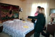 Правнучките Кристина и Димитрина разглеждат спалнята на Ванга. Снимки: сайта Чудеса.нет