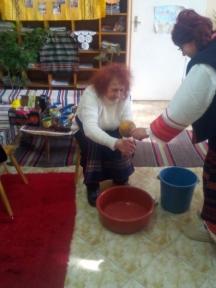 Поливат на бабата да си измие ръцете
