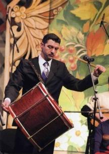 Когато се налага Ивайло Иванов сам хваща някой музикален инструмент